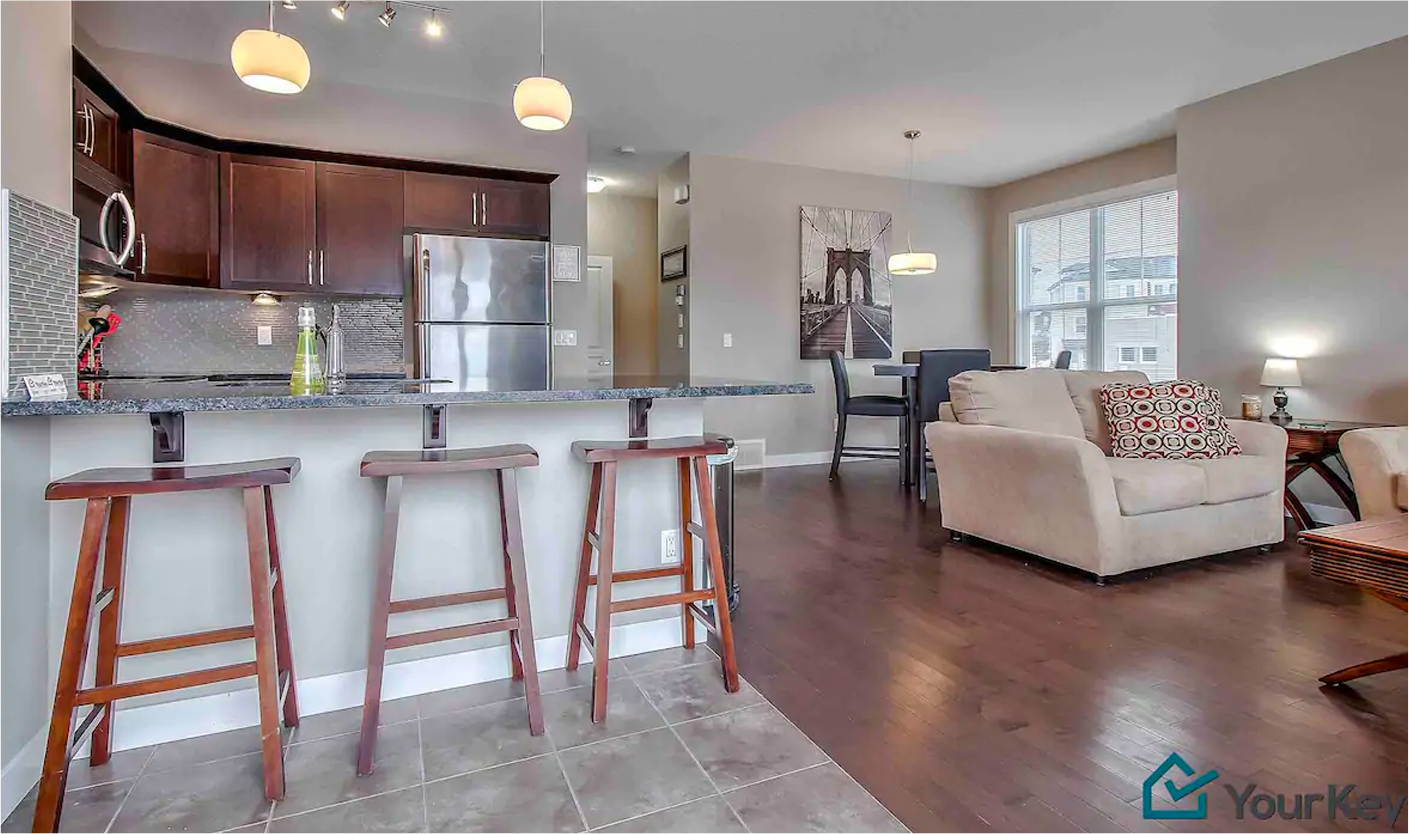 Townhouse w/ Theatre Room, Parking & 5 ⭐️ Service